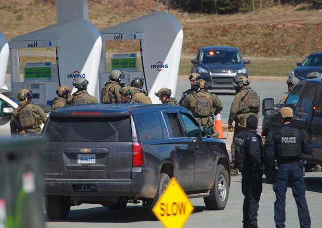 В Канаде мужчина в полицейской форме убил 16 человек