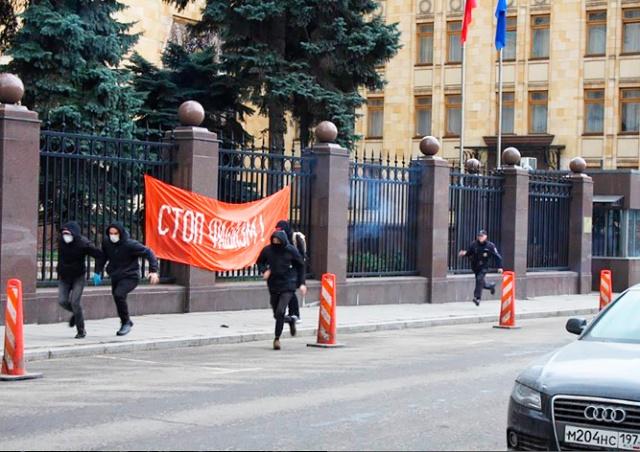 «Наши танки будут в Праге»: нацболы атаковали посольство Чехии в Москве