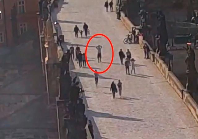 В Праге мужчина после ссоры с возлюбленной пытался спрыгнуть с Карлова моста