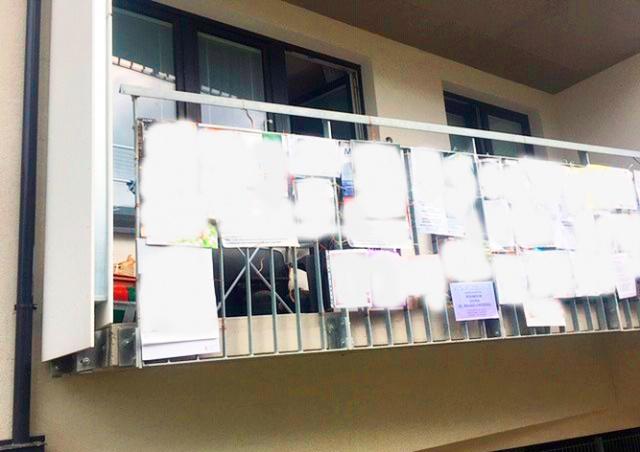 В Праге пенсионер «украсил» балкон эротическими постерами. Соседям не понравилось