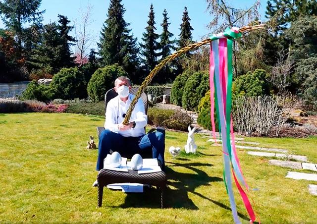 Премьер Чехии отстегал супругу двухметровой «карантинной» помлазкой: видео