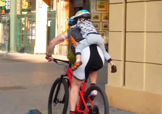 В Праге велосипедист вез 4-летнего сына на спине: видео