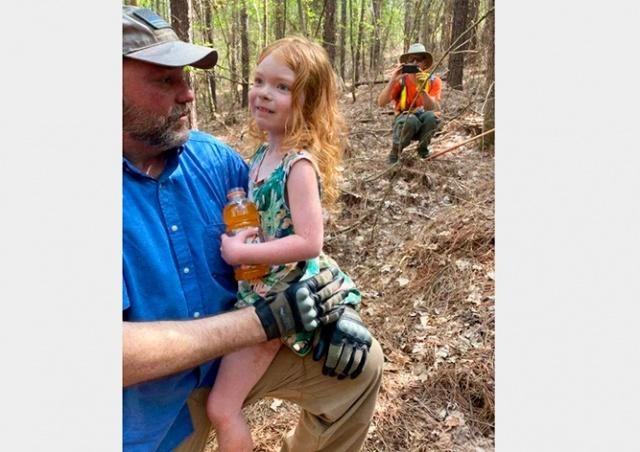 Пропавшую в лесу девочку нашли спустя двое суток: все это время ее охранял верный пес
