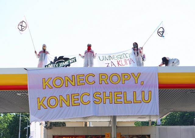 В Праге активисты залезли на заправки Shell. Собственник решил им не мешать