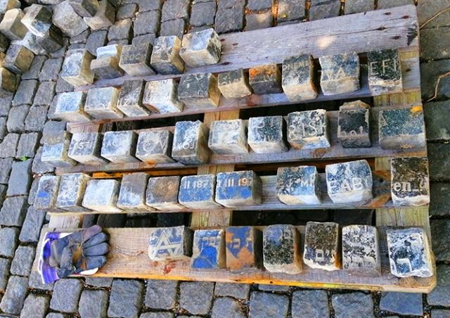 В центре Праги обнаружили брусчатку из еврейских надгробий