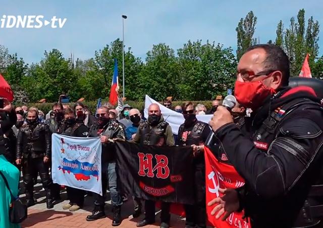 «Ночные волки» возложили цветы к могилам красноармейцев в Праге: видео