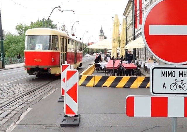 Кафе вместо машин: в Праге частично закрыли Smetanovo nábřeží