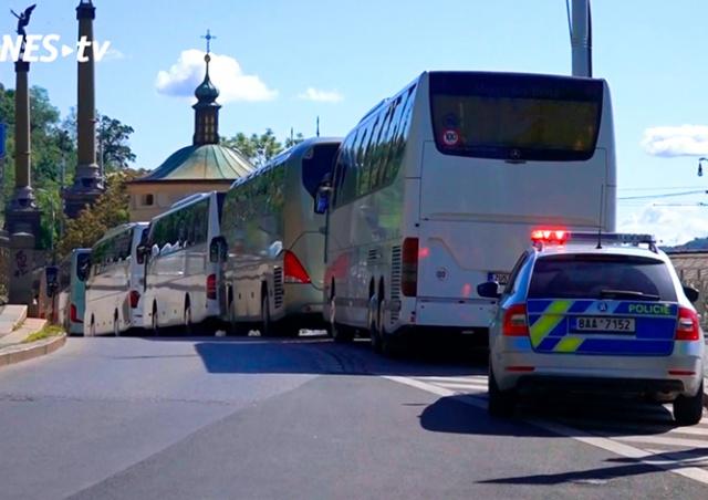 Десятки туристических автобусов демонстративно проехали по центру Праги