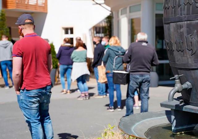 Немецкая пивоварня из-за коронавируса бесплатно раздала 2600 литров пива