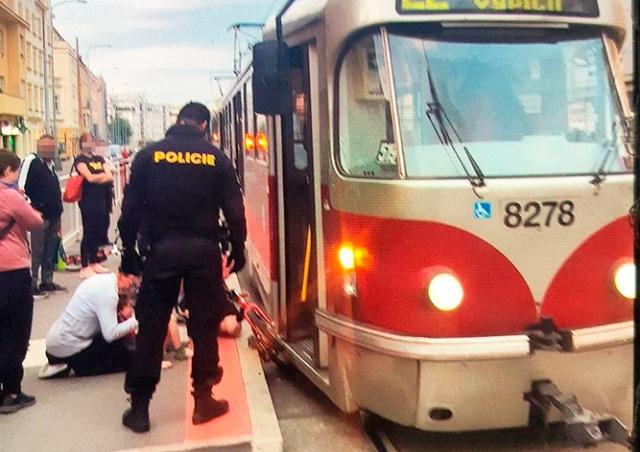 В Праге полицейские спасли ребенка, застрявшего между перроном и трамваем