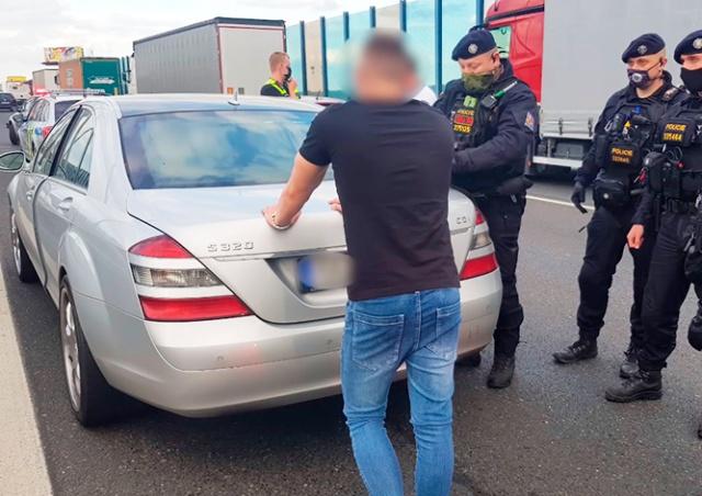 В Праге водитель «Мерседеса» угрожал пистолетом врачам скорой помощи