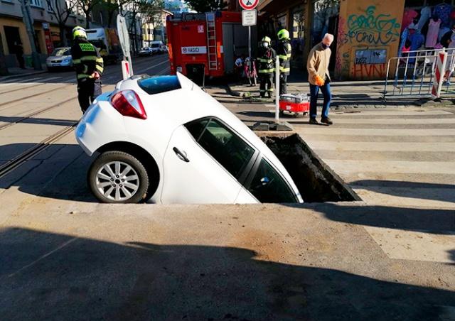 В Праге автомобиль провалился в двухметровую яму на дороге