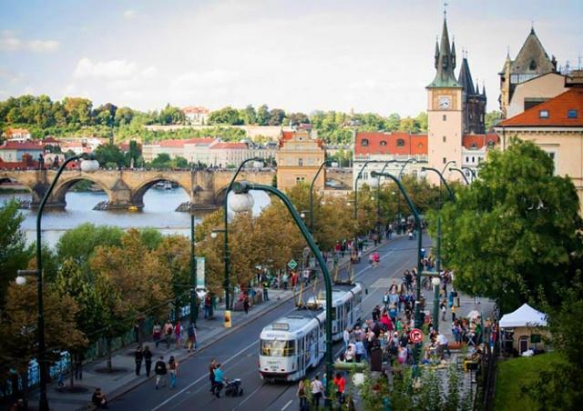 Прага частично закроет Smetanovo nábřeží для автомобилей, чтобы помочь ресторанам