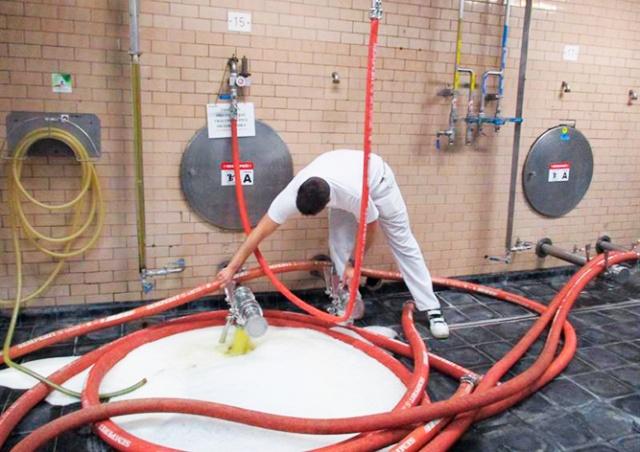 Чешская пивоварня вылила в канализацию 14 тыс. литров пива: видео