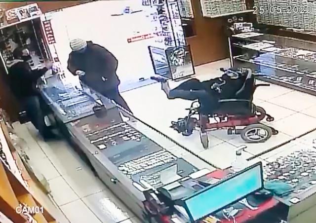 Немой инвалид-колясочник пытался ограбить ювелирный магазин в Бразилии