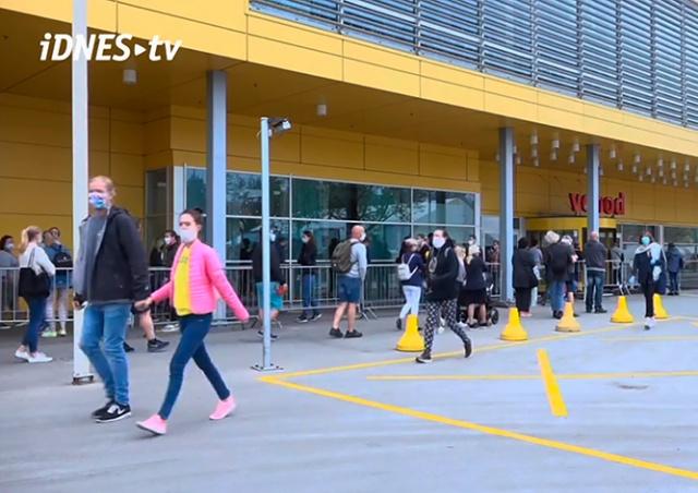 В пражский магазин IKEA выстроилась очередь: видео