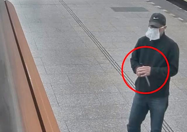 В Праге неизвестный с ножом напал на троих женщин