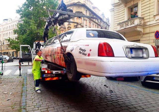 В центре Праги эвакуировали скандальный лимузин