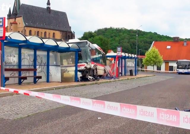 В Чехии автобус въехал в остановку. Погиб ребенок
