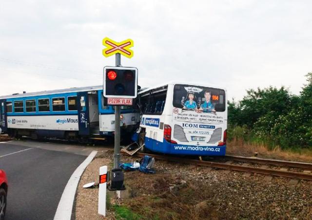 В Чехии пассажирский поезд столкнулся с автобусом