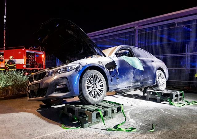 В чешском автосалоне загорелся гибридный BMW: ущерб - 2 млн крон