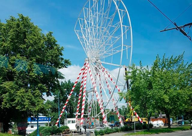 В Праге без ведома властей установили колесо обозрения