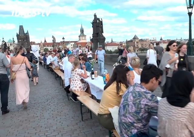 Сотни пражан поужинали за праздничным столом на Карловом мосту: видео