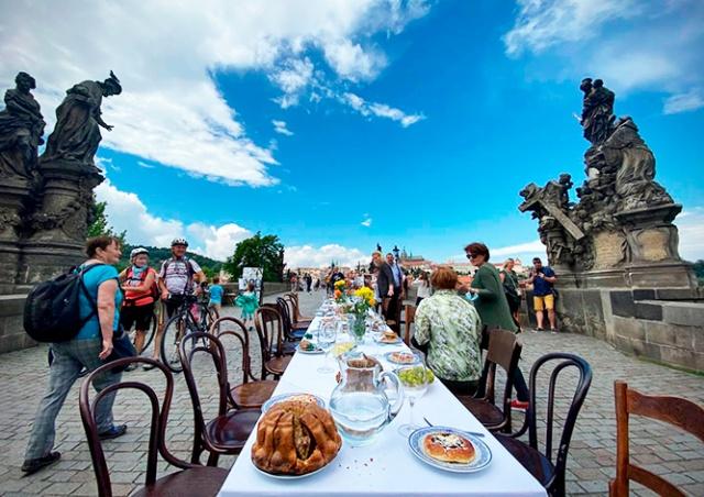 Пражане смогут поужинать на Карловом мосту: стол установят по всей его длине