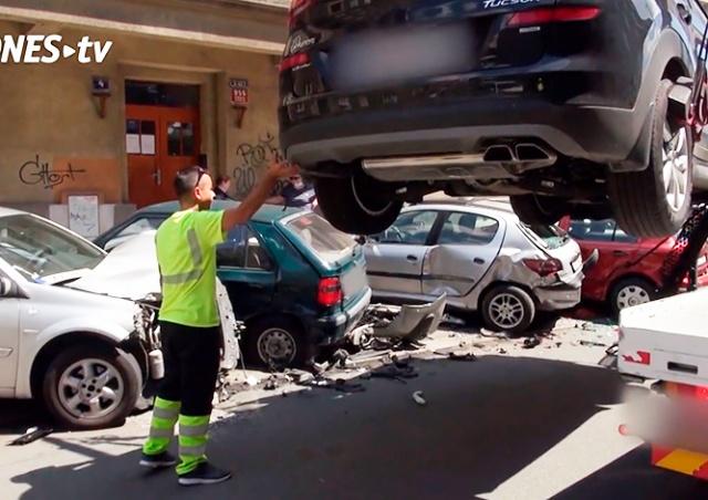 В Праге водитель-пенсионер протаранил 5 припаркованных авто