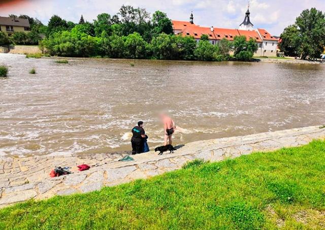 В Чехии прохожий принял любовные стоны за крики о помощи и вызвал полицию