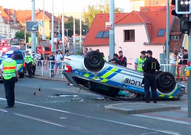 В Праге перевернулась полицейская машина