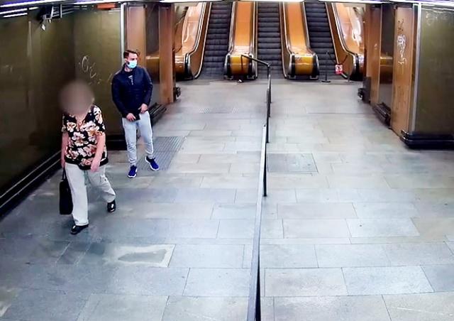 Иностранец в пражском метро обкрадывал пенсионеров: видео