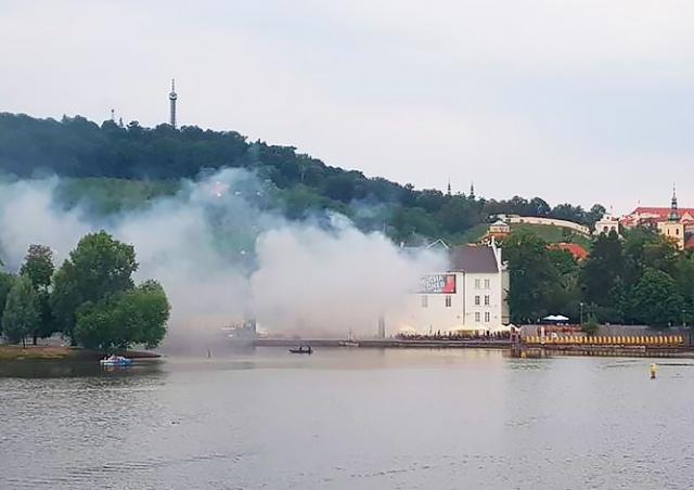 В центре Праги горит музей «Кампа»