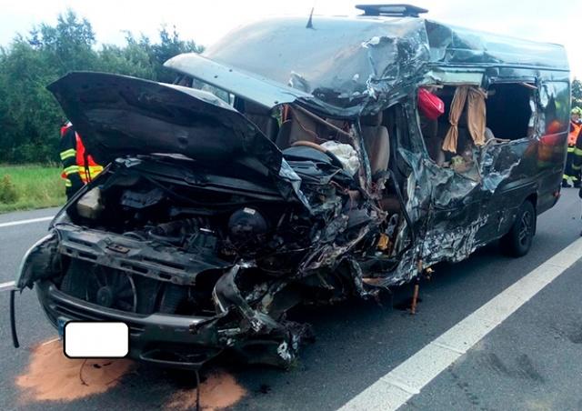 В Чехии микроавтобус с иностранными туристами столкнулся с фурой: есть погибшие