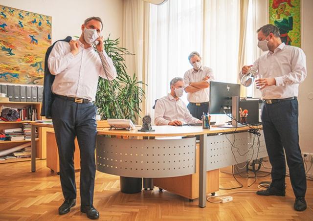 Мэр Праги: маски в крытых помещениях скоро вновь станут обязательными