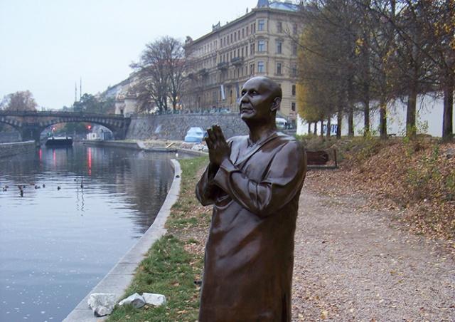 «Скульптура монаха» в Праге оказалась не тем, чем казалась. Ее демонтируют