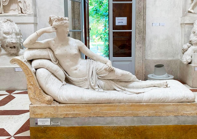 Турист повредил 200-летнюю скульптуру в музее, сев на нее ради фото