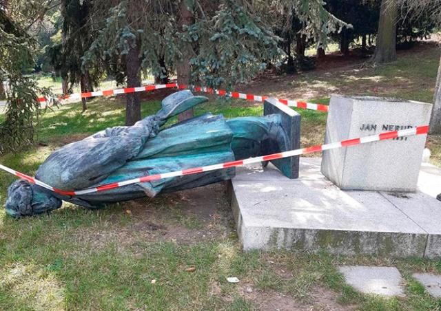 Полиция Праги проверяет падение памятника Яну Неруде