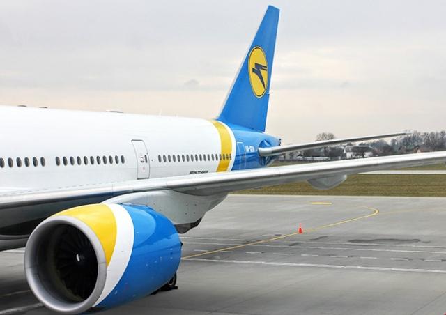 Пассажирка вышла прогуляться на крыло самолета: видео