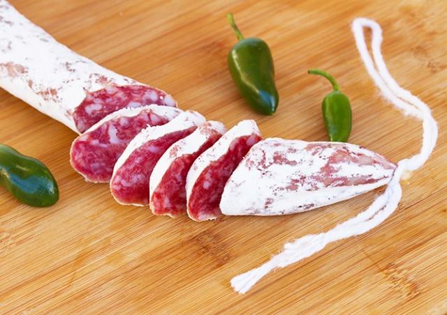 В чешские магазины попала зараженная сальмонеллой колбаса фуэт