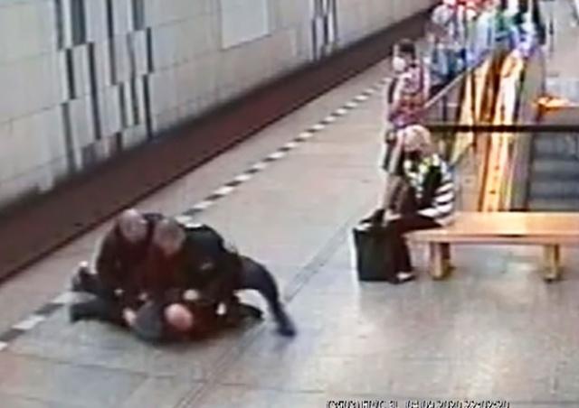 В Праге полицейские скрутили пассажира за отказ надеть маску: видео