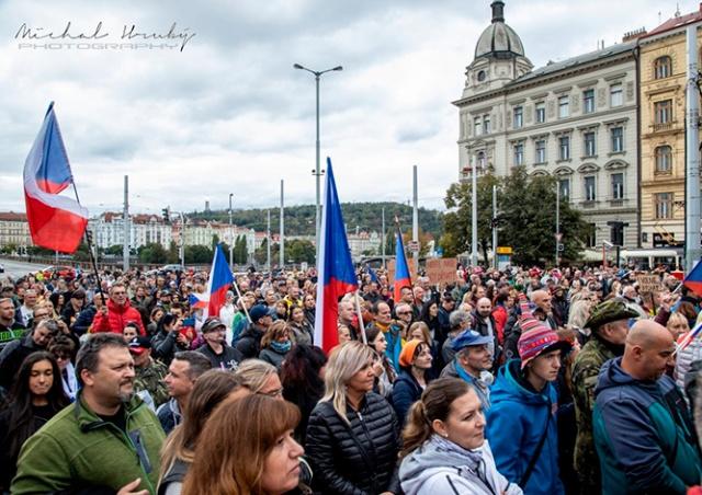 В Праге протестовали против ношения масок и других карантинных мер