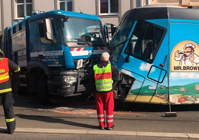 В Праге трамвай столкнулся с мусоровозом