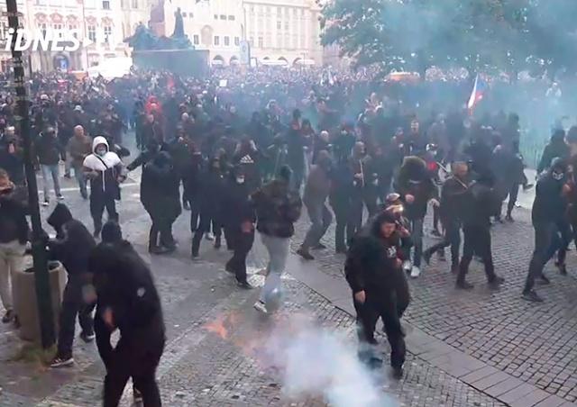 В Праге митинг против карантинных мер закончился дракой с полицией: видео