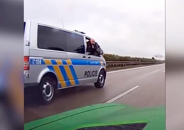 В Чехии полицейский пригрозил водителю автоматом: видео