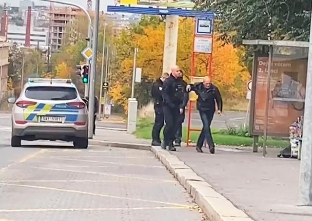 В Праге полицейский без маски ударил пассажира без маски: видео
