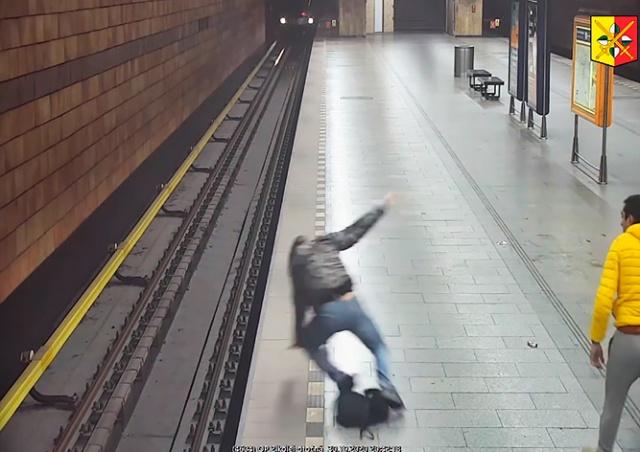 Драка с падением под поезд в пражском метро попала на видео