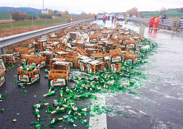 В Чехии водитель фуры разбил сотни бутылок с пивом