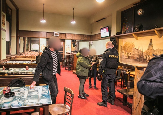 Полиция Чехии показала видео облавы на «подпольный» ресторан