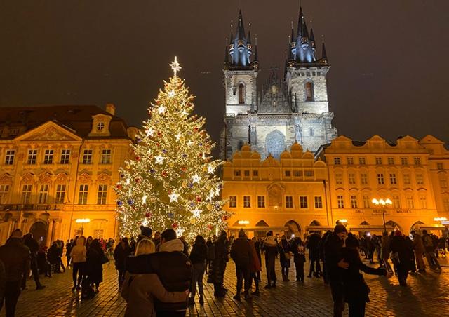 В Праге зажгли главную рождественскую ёлку страны: фото и видео
